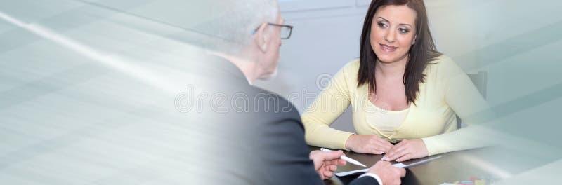 妇女会议财政顾问在办公室 r 免版税库存照片