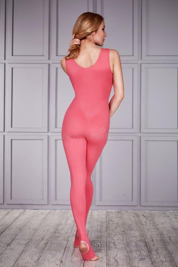 妇女体操运动员运动员美丽的金发碧眼的女人在健身瑜伽体育紧身衣物的一套特别服装穿戴了由尼龙, d制成 免版税库存照片