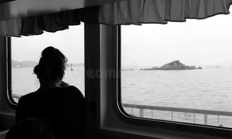 妇女作为轮渡到putuoshan海岛,黑白图象 库存照片
