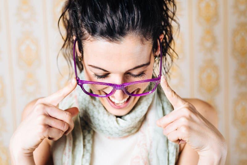 妇女佩带的时尚玻璃 库存图片