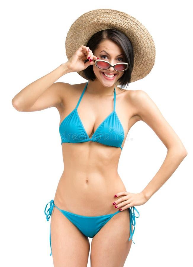 妇女佩带的比基尼泳装、帽子和太阳镜 免版税库存图片
