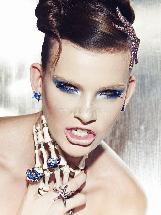 妇女佩带的首饰的超现实主义的时尚画象 免版税库存照片