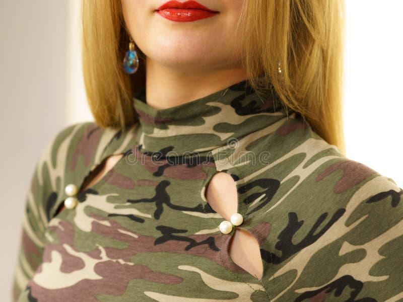 妇女佩带的camo莫罗上面 免版税库存图片
