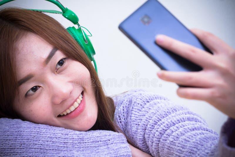 妇女佩带紫色温暖被编织的毛线衣,白种人女孩 库存图片