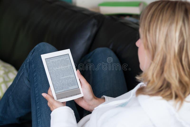 妇女使用一个ebook阅读程序 免版税库存图片