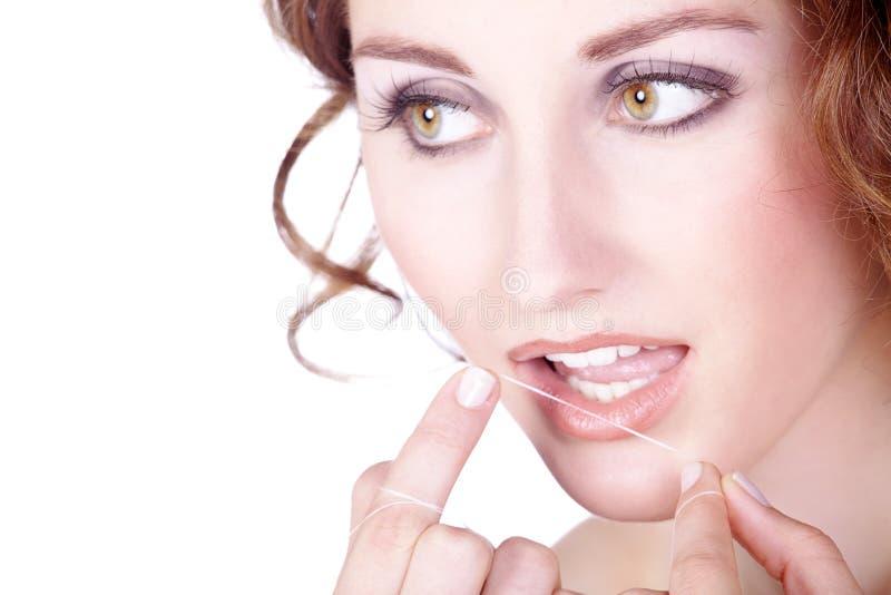 妇女使用了牙线 免版税图库摄影