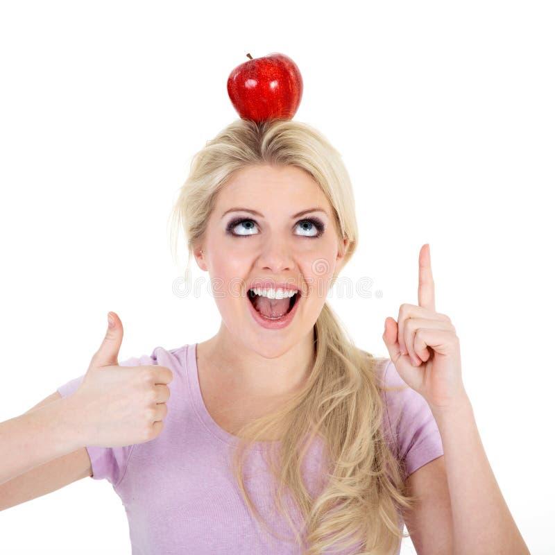 妇女保持平衡用苹果 免版税图库摄影
