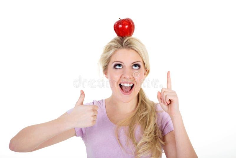 妇女保持平衡用苹果 免版税库存照片