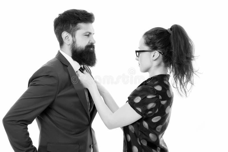 妇女修理她的人bowtie 正式企业夫妇 与个人助手的事务 修理她的恋人的典雅的性感的妇女 库存照片