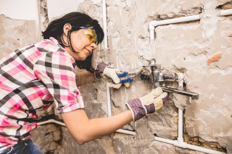 妇女修理管子 库存图片