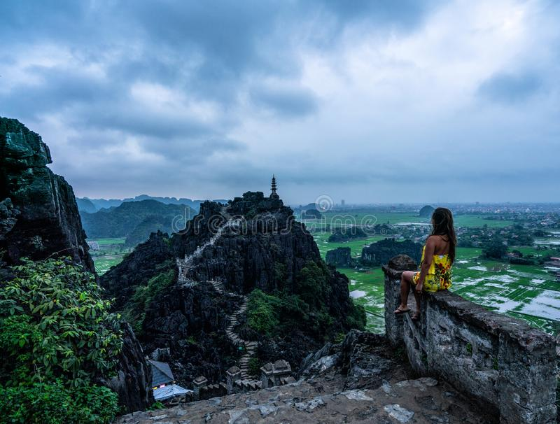 妇女俯视越南北部山从吊Mua,一个普遍的远足的目的地的 免版税库存图片