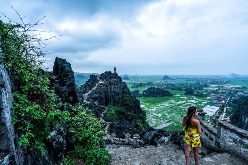 妇女俯视越南北部山从吊Mua,一个普遍的远足的目的地的 图库摄影