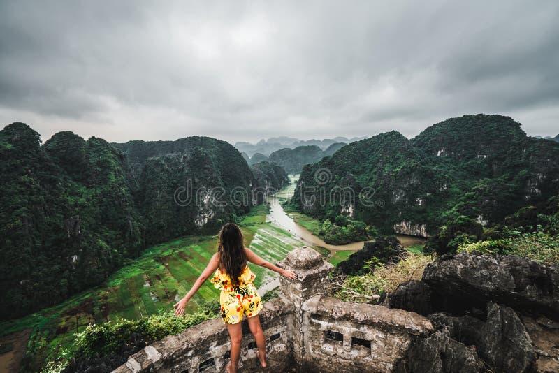 妇女俯视越南北部山从吊Mua,一个普遍的远足的目的地的 免版税库存照片
