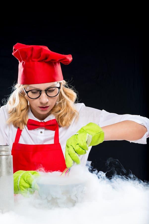 妇女做与液氮,口岸的设计卡通者厨师实验 免版税库存图片