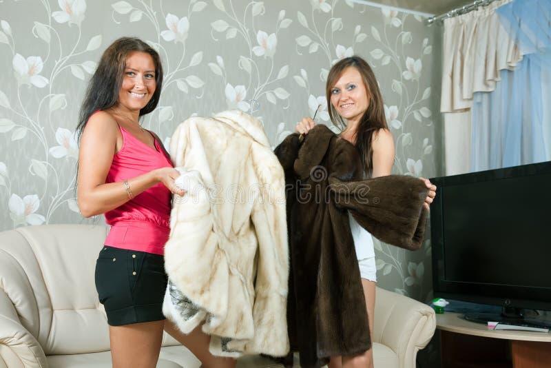 妇女做吹嘘皮大衣 免版税库存图片