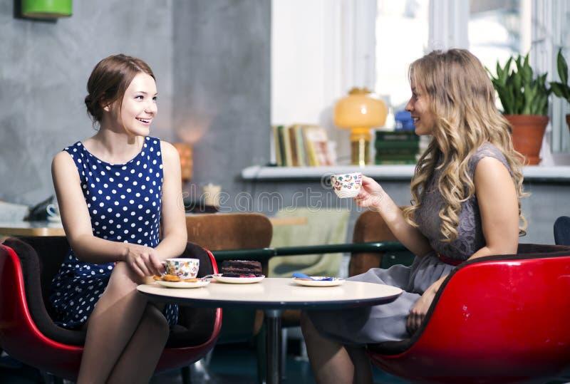 妇女做对话和snile结束笑话 免版税库存图片