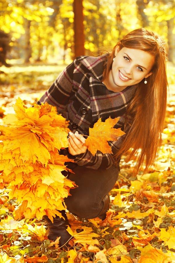 妇女做花圈叶子 库存照片
