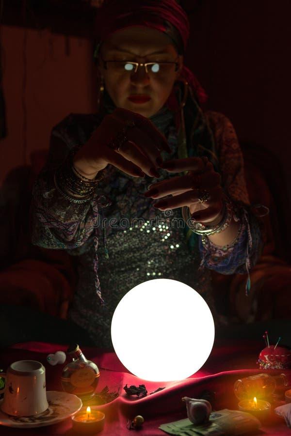 妇女做魔术的算命者 免版税库存照片