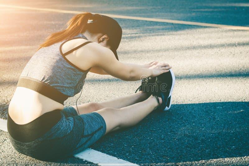 妇女停止休息在跑以后 免版税图库摄影