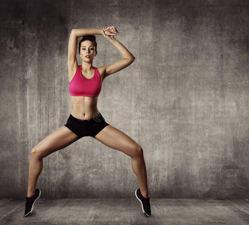 妇女健身体操锻炼,炫耀女孩适合的舞蹈 免版税图库摄影