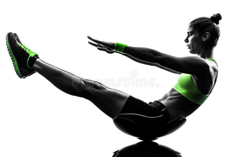 妇女健身咬嚼锻炼剪影 免版税库存照片