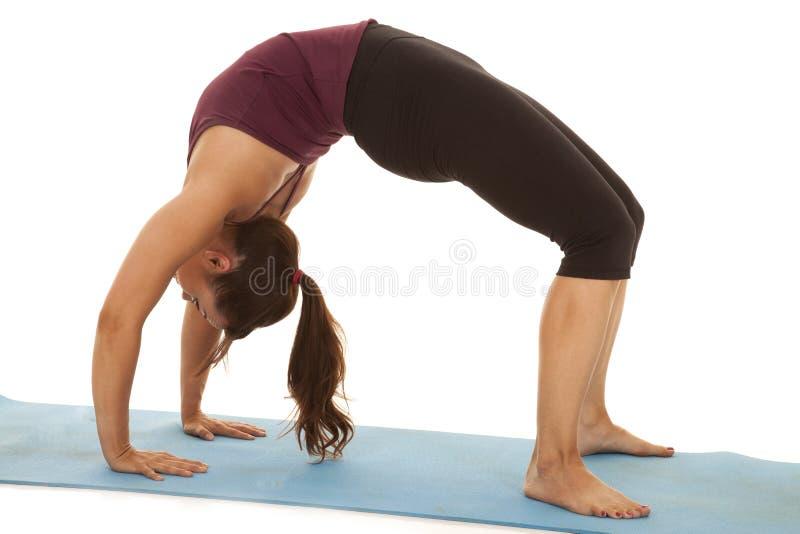 妇女健身曲拱后面 免版税库存照片