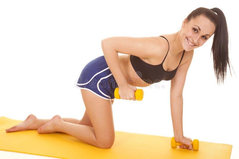 妇女健身蓝色短缺膝盖一重量  免版税库存图片