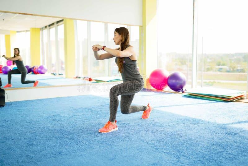 妇女健身 有球的美丽的白种人资深妇女在健身房 r 库存图片