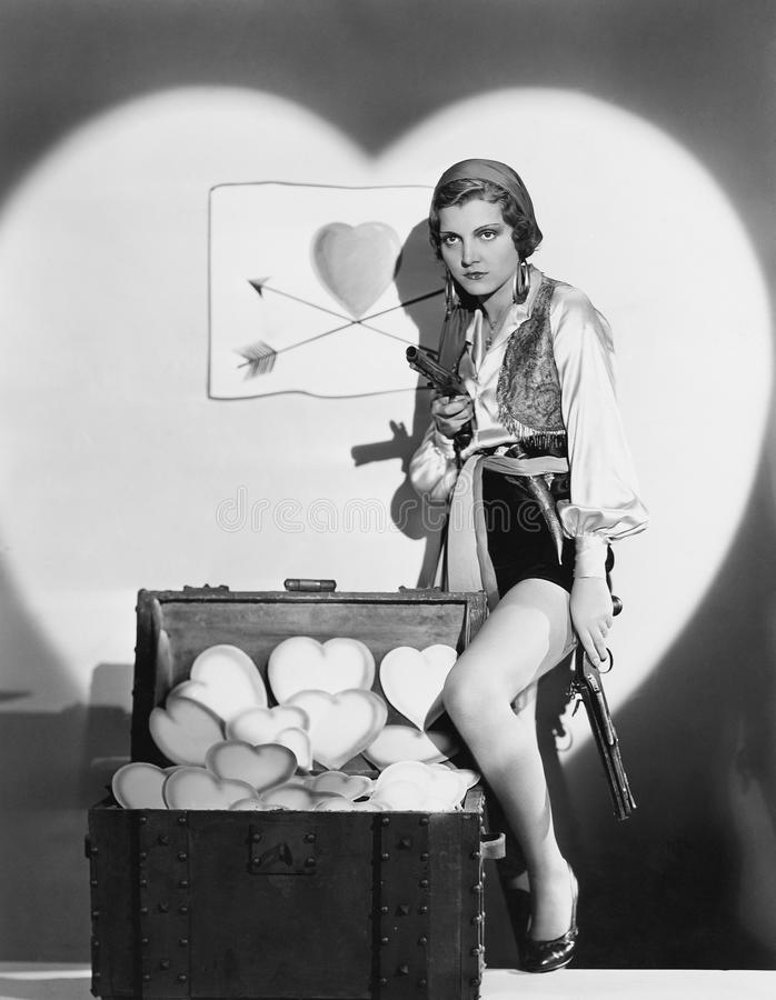 妇女充分画象有枪的和树干心脏(所有人被描述不更长生存,并且庄园不存在 供应商w 免版税库存照片