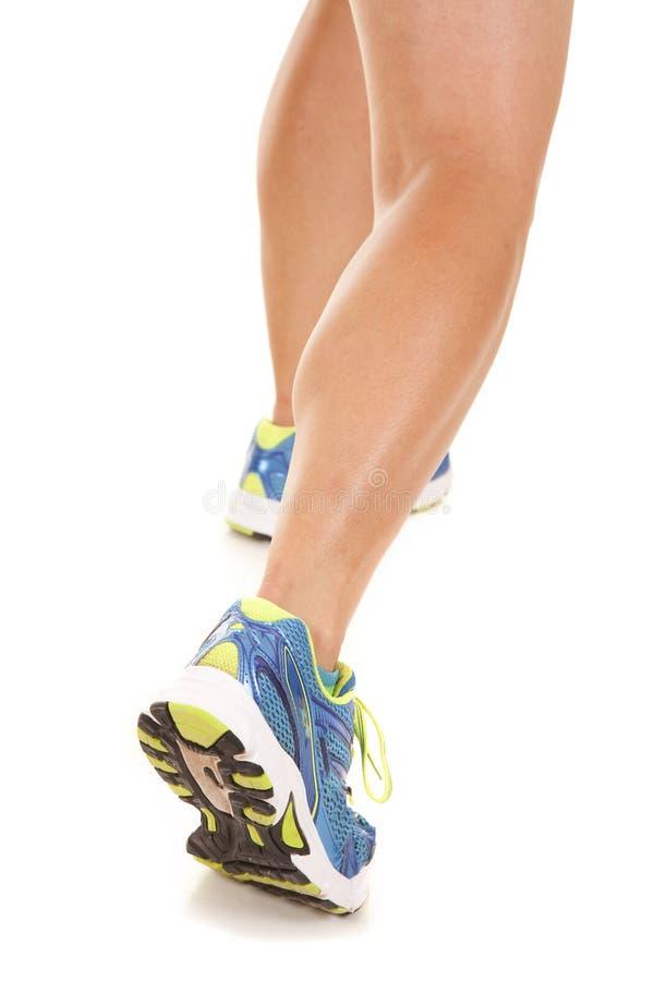 妇女光秃的腿跑鞋 库存照片