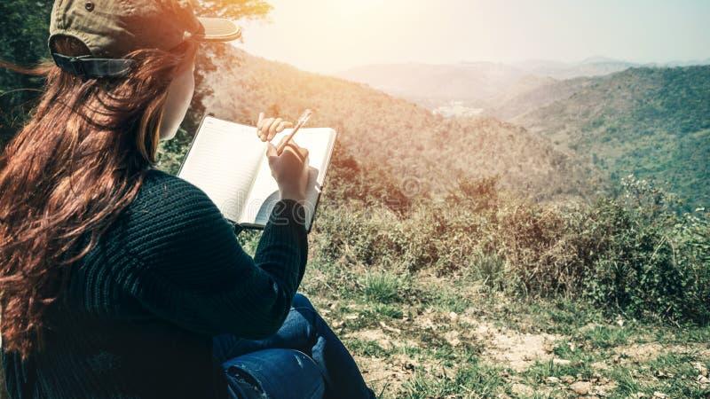 妇女写笔记自然痕迹,山,森林 作家 图库摄影