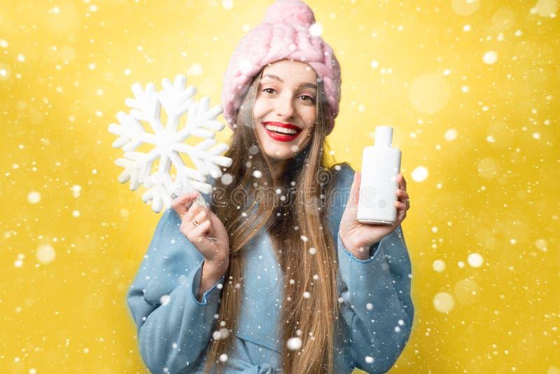妇女冬天画象有头发香波的 库存图片