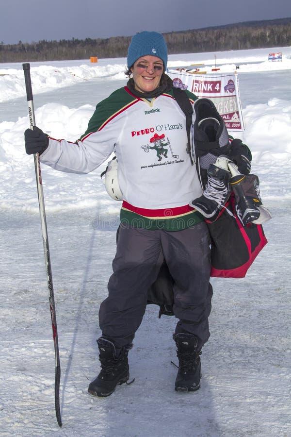 妇女冰球球员摆在节日在Rangeley 库存图片