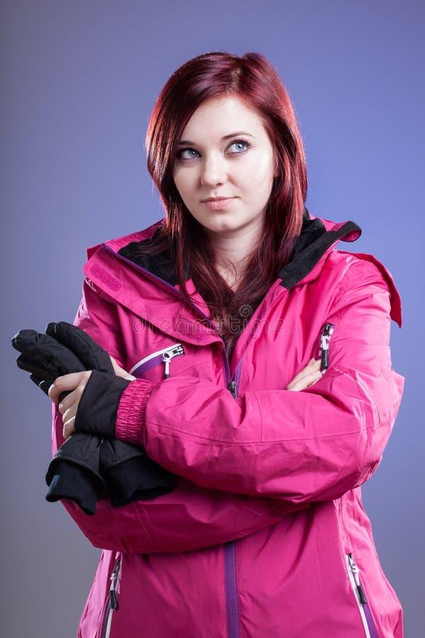 妇女准备好滑雪 免版税库存图片