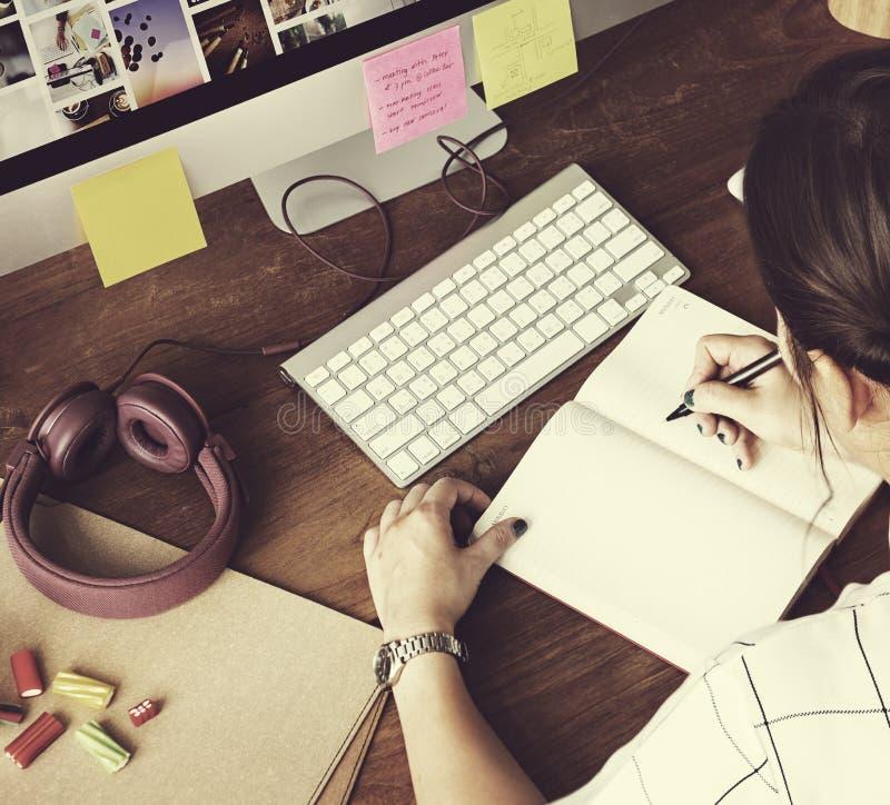 妇女分析运作的文字概念 免版税图库摄影