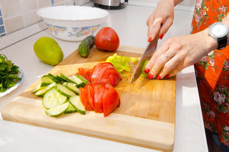 妇女切开菜,特写镜头 免版税库存图片