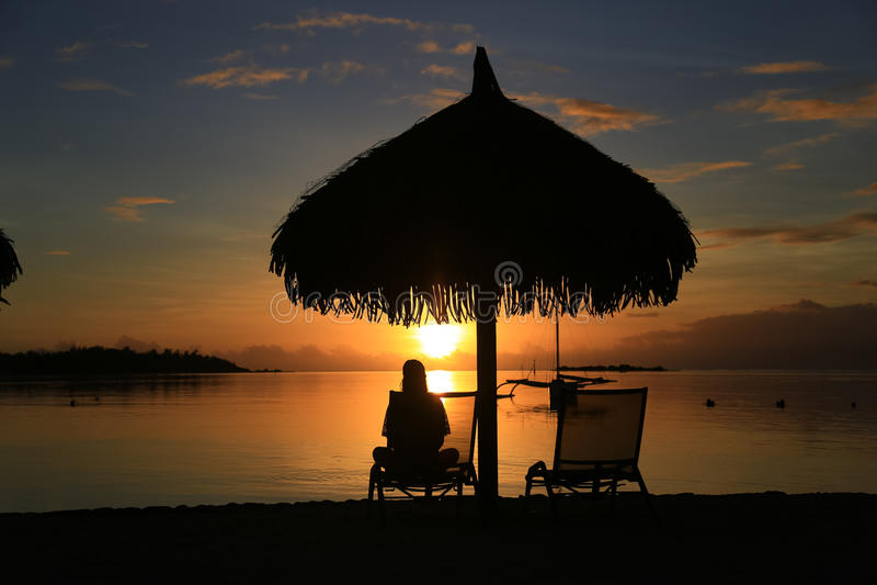 妇女剪影坐轻便折叠躺椅 库存照片