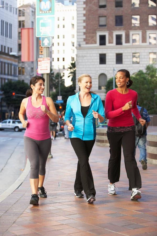 妇女力量走在都市街道上的小组 免版税库存照片