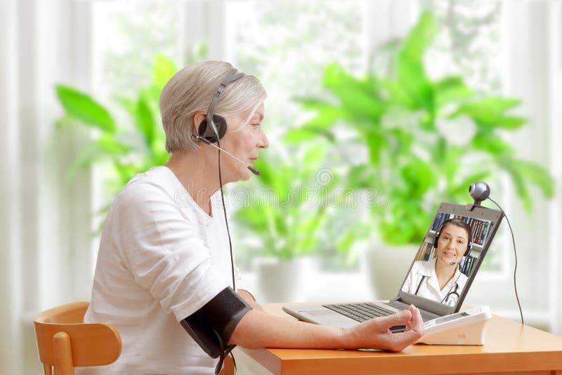 妇女医生录影电话血压 免版税库存照片
