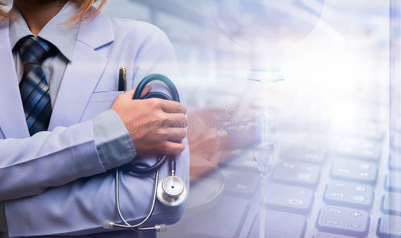 妇女医生横渡了胳膊和举行stethoscopet 库存图片