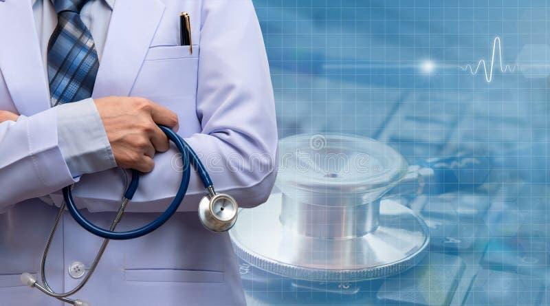 妇女医生横渡的胳膊和举行听诊器 库存照片