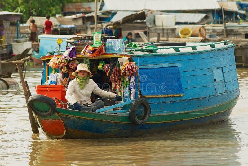 妇女卖从小船的物品在浮动市场上在Tonle Sap湖在暹粒,柬埔寨 库存图片