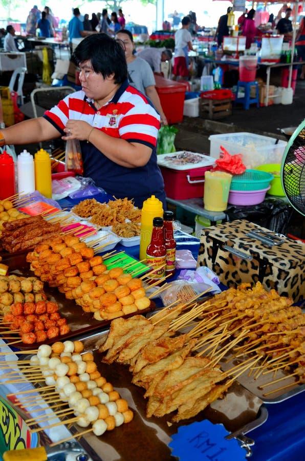 妇女卖从摊位的油煎的美味食物在室外食物部分Satok周末市场古晋马来西亚上 图库摄影