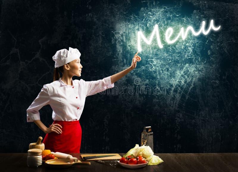 妇女厨师接触发光的字菜单 免版税库存照片