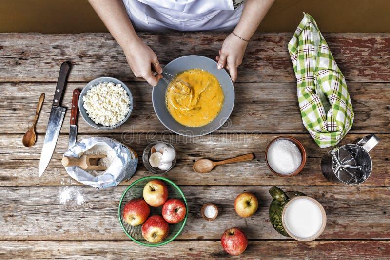 妇女厨师,面粉,面包店,搅拌鸡蛋,面团,油炸馅饼 库存照片
