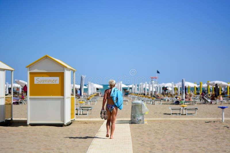 妇女去海滩 免版税图库摄影