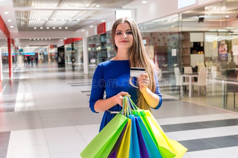 妇女去的购物与信用卡 免版税库存照片