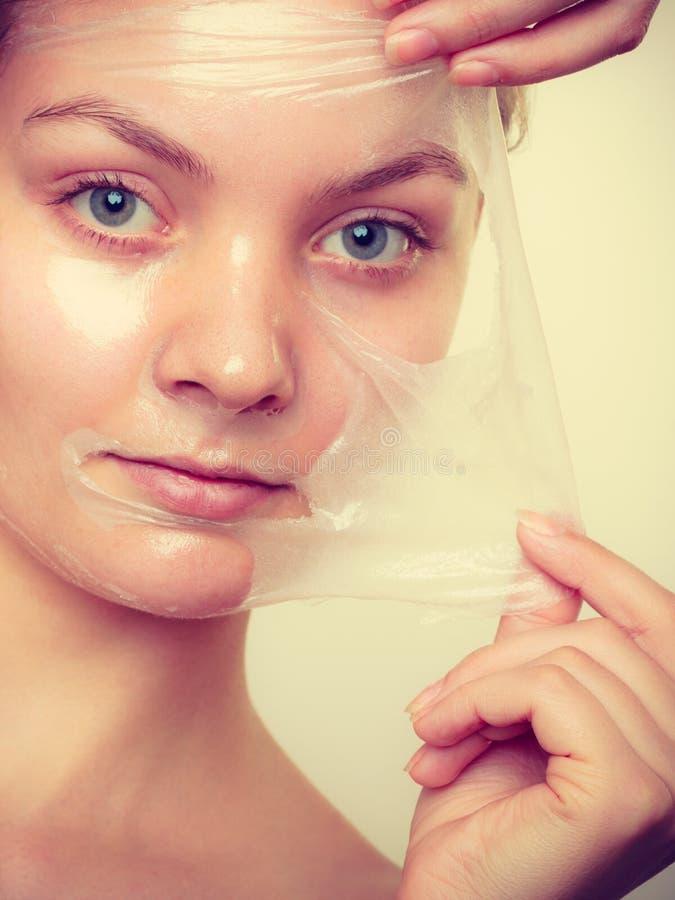 妇女去除面部剥落面具 免版税库存照片