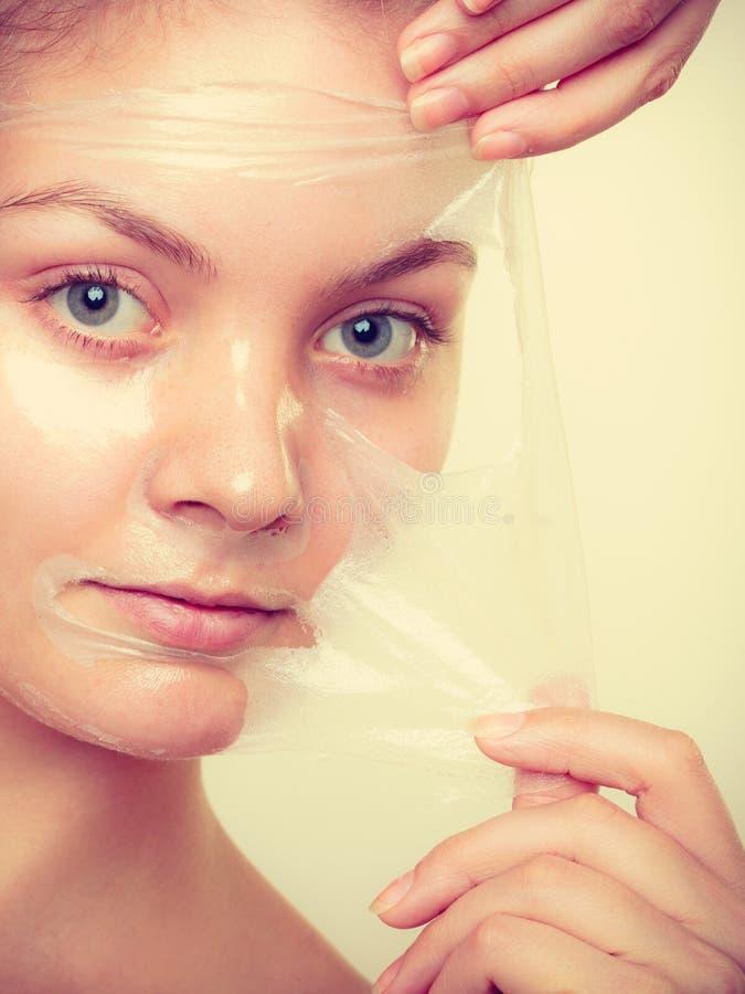 妇女去除面部剥落面具 库存照片