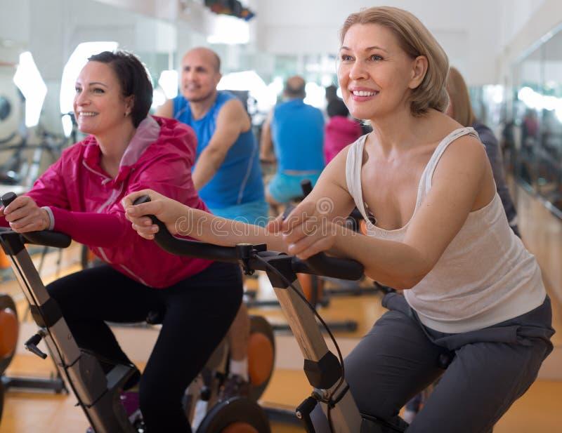 妇女参与健身房 免版税库存图片
